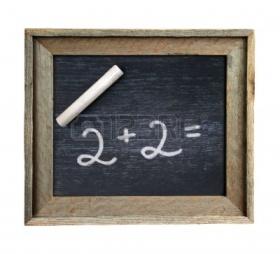 Pizarra verde de escuela escrita por una tiza blanca